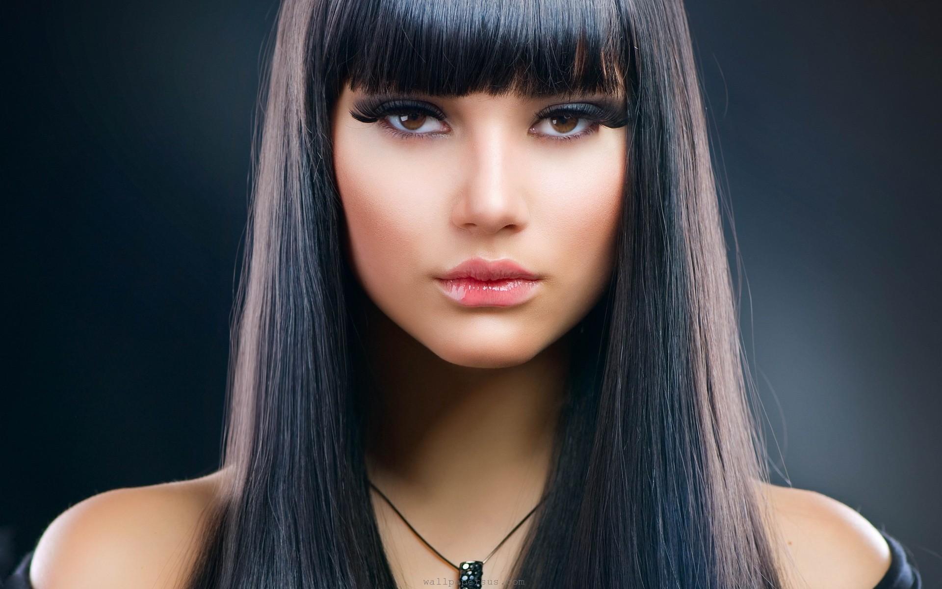 women-models-necklaces-faces-black-hair